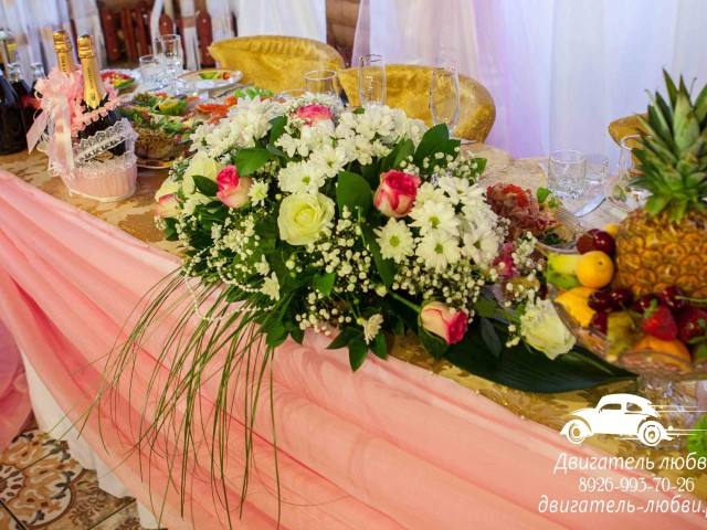 Композиции живыми цветами на стол молодоженов
